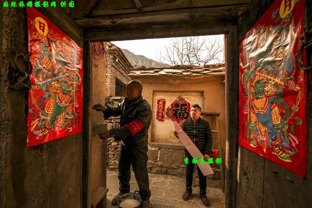 李国亮《贴门神�?3403727888河南省林州市 拍摄地:石城镇白杨坡村_副本.jpg
